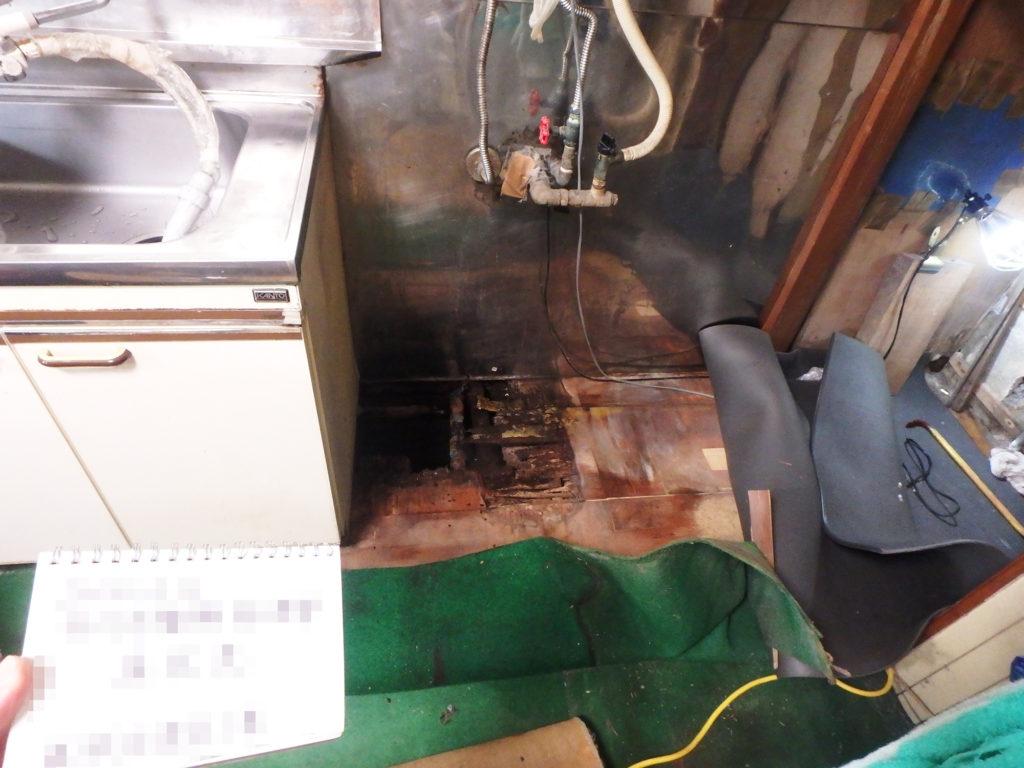 キッチンは長年の水漏れで床にも影響が出ています。
