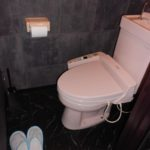 黒と白のトイレ空間