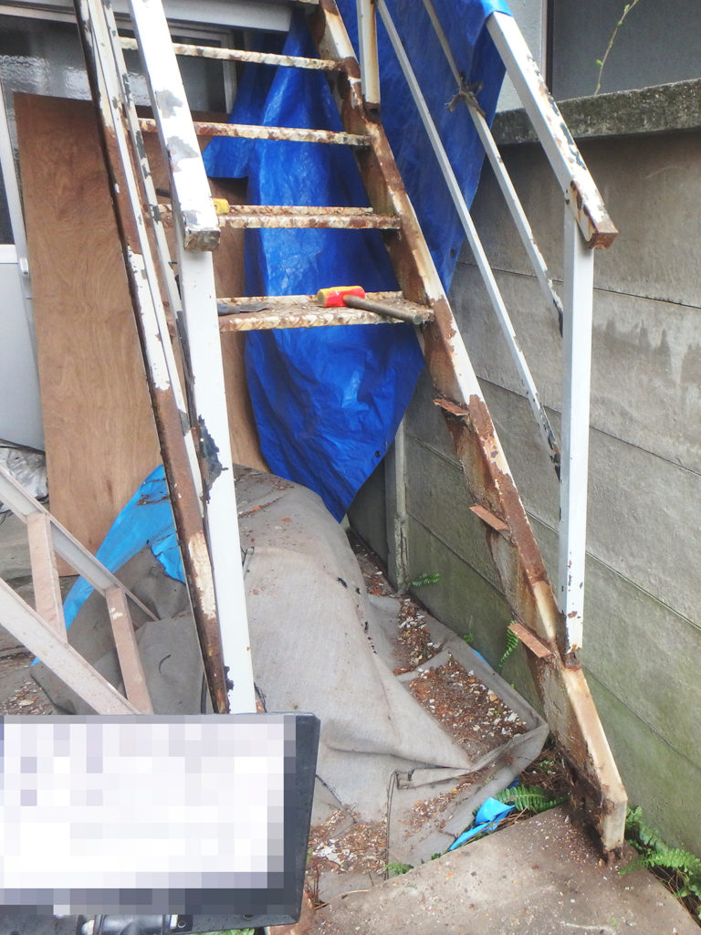 鉄骨階段踏板腐食部分撤去後の様子
